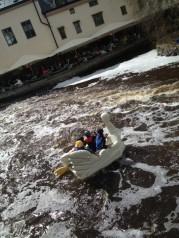 Bote-cisne en el río de Uppsala, Valborg 2013