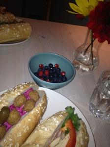 Bocadillos suecos, un cuenco con pequeñas bayas y flores, estos últimos cortesía de nuestros anfitriones