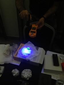Material radiactivo bajo la luz ultravioleta