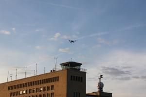 El dron en pleno vuelo sobre el aeropuerto de Tepemholf, Berlín. Imagen cedida por Hugo Teso.