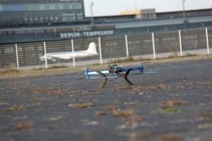 Dron utilizado por Hugo Teso en su proyecto 'Katestein'. La foto fue realizada en el deshabilitado aeropuerto de Tempelhop, Berlín, y cedida por él mismo.